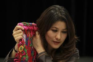 Skådespelaren Monirah Hashemi berättar om tre afghanska kvinnors levnadsöden från olika tidsepoker i föreställningen Sitaraha–stjärnorna i Bollnäs.