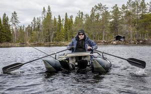 Ta fiske med ro. En flytring ger bra möjlighet att ta sig ut på sjöarna, men med en pontonbåt så går det lite snabbare. Vad som är bäst beror på vad som fiskevårdsområdena