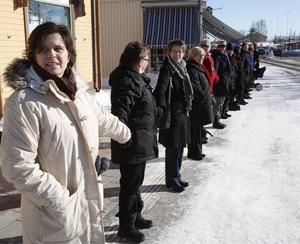 En 35 personer lång kedja med Ann Hamrén i spetsen blev resultatet av manifestationen.