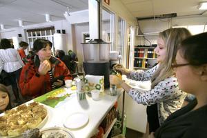 Spanskaeleverna Alva Tenor, Angelica Östlund och deras klasskompisar ska åka på språkresa till Barcelona. Så nu skötte de kafeterian för att få ihop pengar och Marie Svedberg passar på att handla.