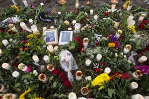 Hedrad. Det blev snabbt en liten ö av blommor och ljus på den plats där 15-åringen omkom på Malmabanan i söndags.