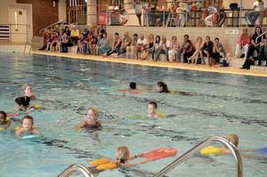 Simtag. Barnen får hjälp och peppande ord av simlärarna Madeleine Thuresson och Elin Ingehult när de ska simma två varv.