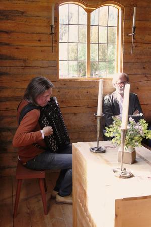 Från vänster: Erik Brun med sitt dragspel och författaren Gunnar Svensson.