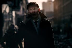 Under fotograferingen fick Jonas många samtal, här svarar han på ett utav dem.