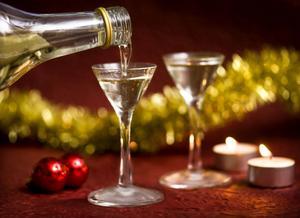 Efter årsskiftet blir det fritt fram att servera alkohol inom kommunens särskilda boenden. En öl, ett glas vin eller en snaps, kan därför bli vardag när middagen serveras.
