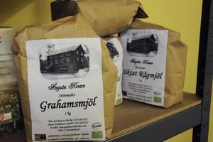 Fokus ligger på ekologiskt och närproducerat. Målet är att allt ska vara från trakten. Bland annat köper Almuth in mjöl från kvarnen i Ångsta som i sin tur får spannmål från en odlare på Norderön.
