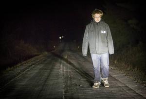 Över tre kilometer enkel väg vandrar Benjamin morgon och kväll i mörkret till skolskjutsen.