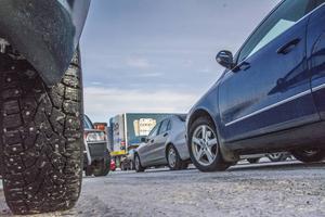 Många av synpunkterna i arbetet med åtgärdsvalsstudien kring trafiken i Lillänge handlar om parkeringsproblemen med parkeringsskadade fordon vid Coopparkeringen.
