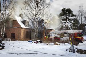 Ett flerbostadshus i Sörforsa, gamla mejeriet, förstördes i en brand på tisdagen.