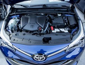 Den lilla dieseln på 1,6 liter och 112 hk har Toyota köpt av BMW. Under vår testkörning drog den ganska precis en halv liter per mil.