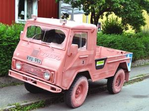 FOLKKÄR? Arbetarbladets konstkritiker Niels Hebert trodde att han såg Ingo Vetters rosa Volvolastbil när han tittade ut genom fönstret. Men bilen var ett marknadsföringstrick för ett företag. Det utskällda konstverket blir med tiden folkkärt, tror Niels Hebert.