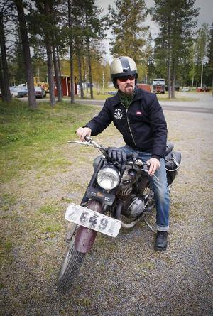 Per Östlund , Bringåsen kom på sin motorcykel till motorstadion.