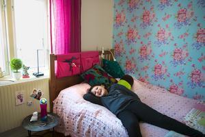 Moa stortrivs i sitt rum där hon själv fått välja tapet.