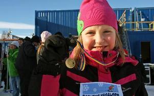 Sjuåriga Elsa Hellberg var glad när hon kom i mål. – Kul! Jag åker kanske nästa år också. Foto: Jennie-Lie Kjörnsberg
