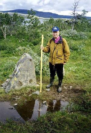 På Jämtlandssidan om Skurdalsporten står en märklig sten som brukar passeras av pilgrimsvandrare. Den är omtalad i litteraturen redan på 1500-talet, men ristningarna har aldrig kunnat uttolkas. På bilden står biskop Carl-Johan Tyrberg vid stenen.Foto: Göran Jansson