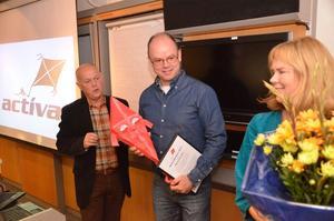 Prisad. Mikael Gilbertsson fick diplom, drake och blommor av Activas Örjan Samuelsson och Birgitta Elf.