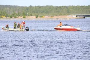 Fick bogseras. Räddningstjänsten fick rycka ut sedan en båtmotor fattat eld.