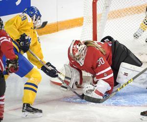 Olivia Carlsson i ett anfall mot Kanadas Emerance Maschmeyer.