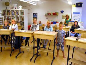Förväntansfulla och lite blyga förstaklassare i Viksjöfors skola.