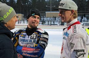 Speewaystjärnan Andreas Jonsson i samspråk med klubbkamraterna och isracingförarna Jonas Andersson och Andreas Westlund.