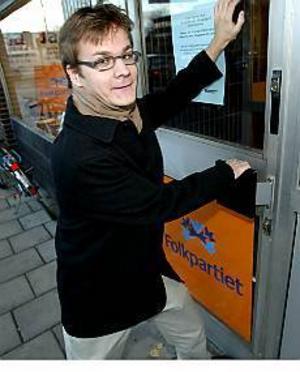 Foto: FRANK JULIN Stängs ute. Jakob Johansson, ny fullmäktigledamot för fp, bor och pluggar i Uppsala under veckorna. Myndigheterna kräver att han skriver sig där. Då blir han med automatik utestängd från fullmäktige.