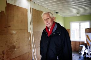 Förstörelse. – Här har någon rivit ned en modern köksinredning, säger ägaren Bo Johnsson som här visar förödelsen i en av campingens servicebyggnad för tidningens fotograf.