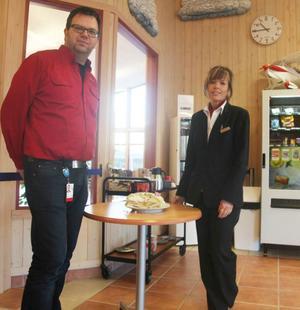 Jan Hill och Anneli Gustafsson bjöd på tårta under tisdagen för att fira flygplatsens fina siffror.