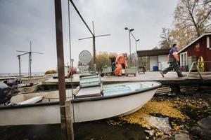 Båten står på botten. Vattnet är för lågt för att båten ska komma intill bryggan, som är till höger utanför bild. Där inne ska båten normalt vinschas upp för att komma undan vågorna. Hans Johansson och hans son Niklas Johansson arbetar i hamnen vid Göksholm.