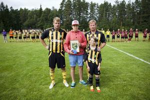 Rasmus Jonsson, 13 år, var den första att få stipendiet från Stefan Lööfs minnesfond. Priset delades ut av Stefan Lööfs söner Magnus, Jens och Jens son Fabian.