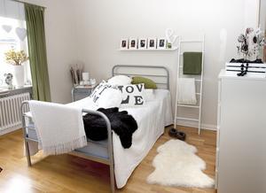 Vilsamt. Sovrummets vita och gröna toner skänker lugn. Men lugnet kommer inte att bestå, rummet är nästa projekt, en ny säng ska in.