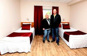 Helena Bertilsson och maken Lennart i ett av rummen som är klara för uthyrning.