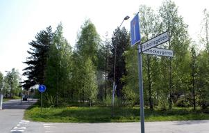 Stationsplats. Här, i hörnet av Fotbollsgatan och Ishockeygatan i Lindesberg kommer den nya brandstationen att byggas.