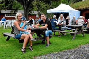 """Trogna besökare. """"Mamma har bakat, så vi passade på att ta en fika. Vi brukar åka hit när det är Hembygdsgårdens dag"""" säger Sandra Karlsson som är där med Mathias och Felix Jerlström."""