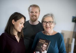 Författaren Fanny Härgestam (tv) och Agneta Rosling, forskaren Hans Roslings fru, som intervjuat Hans Rosling innan hans bortgång och sedan sammanställt memoarboken