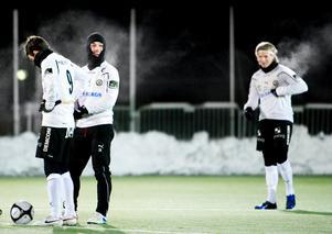 En kylslagen Nordin Gerzic under tisdagens träningsmatch mot Karlslund där han stod för två mål i ÖSK:s 5-0-seger.