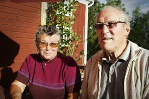 Helga och Bertil Edberg har nyss flyttat till Runemo och passade på att njuta en stund i kvällssolen.