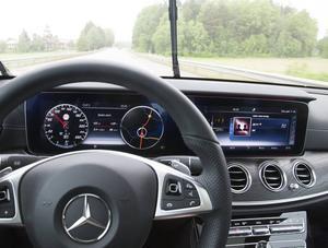 Kör helt själv. Försiktigt släpper jag ratten och ser hur autopiloten tar över kontrollen.