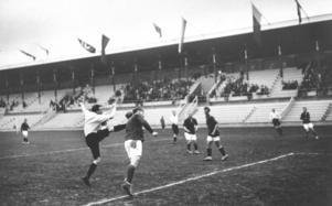 Fotbollsmatch mellan England - Finland vid olympiska spelen år 1912 i  Stockholm. f13d986996faf