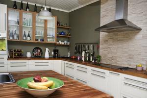 Köket är nyrenoverat med en köksö  i mitten.