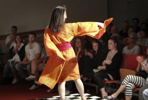 Eleverna vid textil design mode-kursen har inte ryggat för att ta ut svängarna.