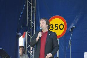 Pär Holmgren presenterar Västerås nya laddningsstolpar. I bakgrunden Carin Lidman, tekniska nämndens ordförande.