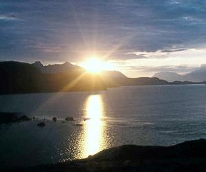 Bilden visar Suorvadammen i Lappland. Solen rör sig horisontellt vid horisonten.
