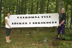 Bokskog. Här inne i bokskogen kommer 13 utställare att visa sina och andras böcker. Nina Karlsson och Ivan Persson från Hasselfors byalag visar vägen.