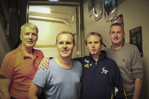 Torbjörn Östergrens, förbundskapten, Måns Möller, komiker, Andreas Nilsson, spelare och Stefan Jonsson, förbundskapten, gläds över de insamlade pengarna.