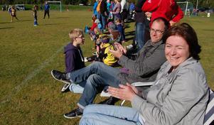 Monika och Tomas Eriksson hade tagit med solstolar till bästa plats närmast planen för att heja på dottern Alva Nilsson i Solleröns mål.