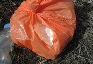 Knarket låg vakuumförpackat i ett dike intill 24-åringens fordon när det hittades.