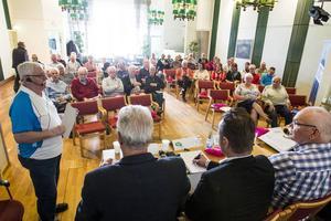 Moderator Sven-Erik Jansson och ett femtiotal pensionärer ville ha svar om framtiden.