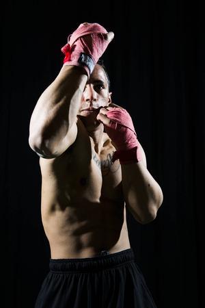 För bara någon månad sedan blev han tvåa bakom Måns Zelmerlöw i Melodifestivalen. Nu är Jon Henrik Fjällgren tillbaka i vardagen i boxningsringen trivs han.    – Ibland behöver jag avreagera mig. Då är boxningen bra.