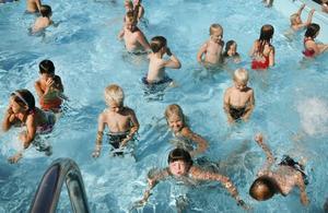 Under simskoleavslutningen fick barnen också visa upp sina lekar. Här kommer ett skepp lastat med ubåtar.