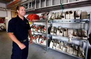 Jonas Asplund visar uppsättningen av slangar. Olika tjocklekar och olika länger behövs vid olika tillfällen.